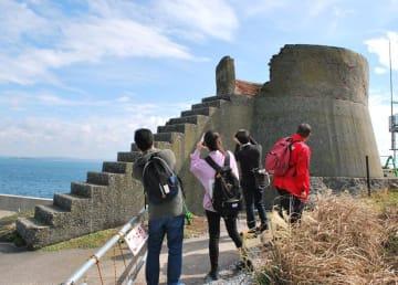 昨年10月の試験ツアーで第二海堡に上陸し遺構を見学する参加者=富津市