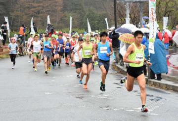 ハーフマラソンで先頭を引っ張る(右から)川内優輝、鮮輝、鴻輝の各選手