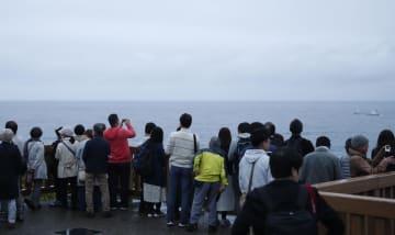 本州最南端の潮岬で、令和初の日の出を見ようと集まった人たち=1日午前5時14分、和歌山県串本町