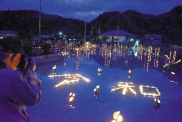 竹あかりで表現された「令和」の文字=4月29日夜、小鹿野町飯田の飯田八幡神社付近の田んぼ