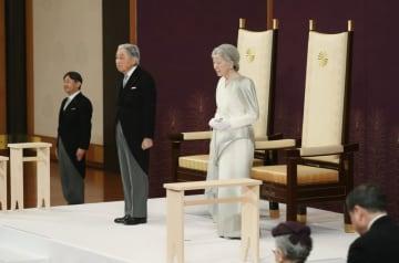 「退位礼正殿の儀」に臨まれる天皇、皇后両陛下と皇太子さま=30日午後5時1分、宮殿・松の間(代表撮影)