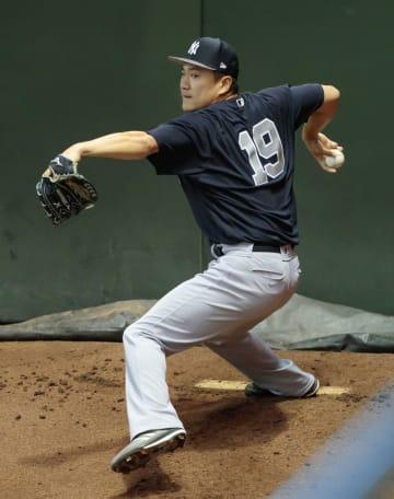 ブルペンで投球練習するヤンキース・田中=フェニックス(共同)