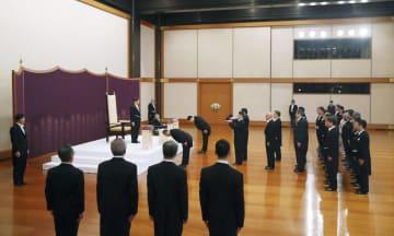 「剣璽等承継の儀」に臨まれる天皇陛下=1日午前10時32分、宮殿・松の間(代表撮影)