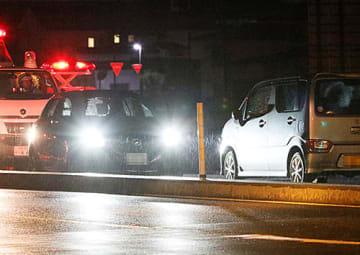 軽乗用車(右)が逆走し、乗用車とぶつかった現場=30日午後7時16分、山形市栄原(画像を一部加工しています)