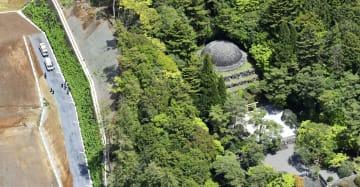 遺体が見つかった武蔵陵墓地=1日午前、東京都八王子市(ヘリから)