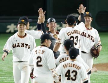 中日に勝利し、タッチして喜ぶ菅野(右端)ら巨人ナイン=東京ドーム