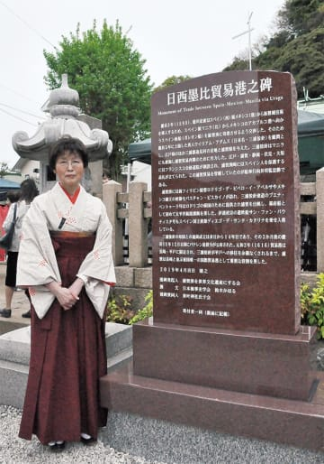 東叶神社に建った石碑と鈴木代表
