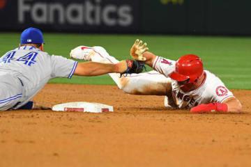 懸命に戻ったが二塁でアウトとなったエンゼルスのマイク・トラウト【写真:Getty Images】