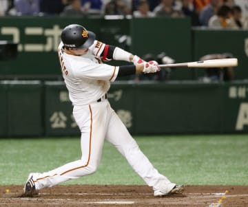 2回巨人1死、坂本勇が左中間に令和1号となる本塁打を放つ=東京ドーム