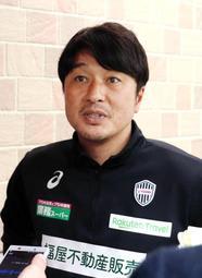 ポドルスキの処分について説明する神戸の三浦淳寛スポーツダイレクター=神戸市西区、いぶきの森球技場