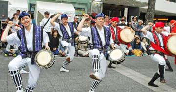 「はいさいフェスタ」で披露されたエイサー=川崎駅東口駅前広場