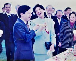 「じゃんけんができる吹き戻し」を楽しみ、満面の笑みを見せる天皇皇后両陛下=2003年4月26日、国営明石海峡公園(木村幸一さん提供)