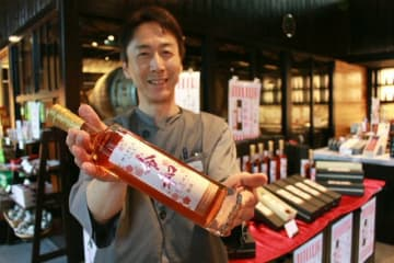 「令和梅酒」の販売を開始=1日、日田市大山町西大山のおおやま夢工房の売店