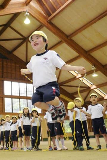 元気に縄跳びをする福島県郡山市の幼稚園児たち(C)共同通信社