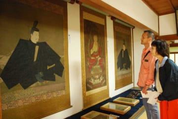 源頼朝を描いたと伝わる国宝の肖像画を鑑賞する参拝者たち(京都市右京区梅ケ畑・神護寺)
