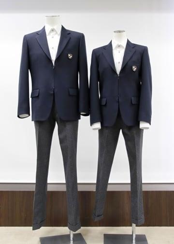 菅公学生服が提案する「前合わせ」をなくしたファスナー式のブレザーとスラックス=岡山市