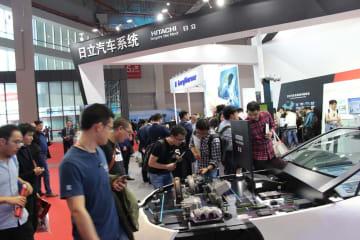 上海自動車ショーで日立AMSの展示を見る人たち