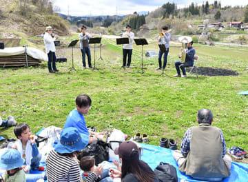お弁当を広げながら山形交響楽団員の演奏を楽しんだピクニックコンサート=山辺町大蕨