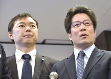 報道陣の取材に応じる家族会の横田拓也さん(右)と飯塚耕一郎さん=2日午前、成田空港