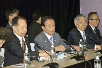 2日、フィジー・ナンディで開かれた日中韓の財務相・中央銀行総裁会議に臨む麻生財務相(左から2人目)ら(共同)