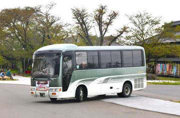 松ケ岡開墾場への移動の利便性が高まった鶴岡観光ぐるっとバス=鶴岡市・同開墾場