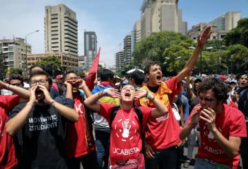 1日、ベネズエラ・カラカスで、マドゥロ政権打倒のスローガンを叫ぶグアイド国会議長支持者ら(ロイター=共同)