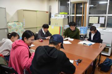 4人の中高生が参加し開かれたとどろき学習室 =川崎市中原区