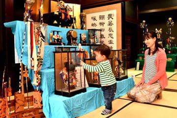旧岸家住宅で開催されている五月人形などの展示 =厚木市上荻野(同市提供)
