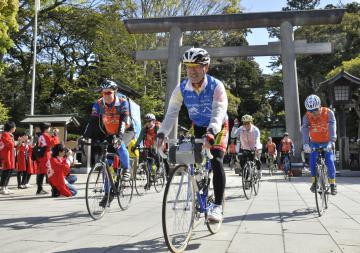 青森県八戸市を目指し、自転車で鹿島神宮を出発する参加者=鹿嶋市宮中
