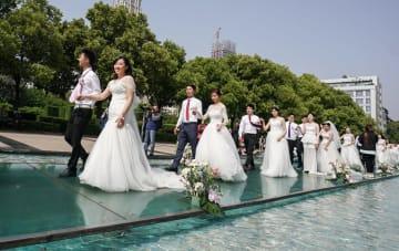 「低炭素結婚式」で愛を誓い合う 湖北省武漢市