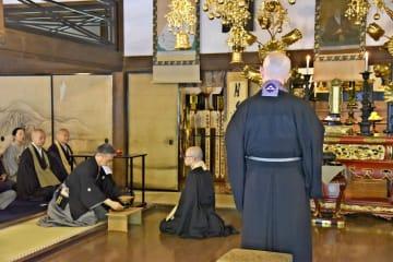 たてた茶を台に置く小堀家元(左から4人目)。右上に早雲の画像があり、その前に位牌がある=早雲寺