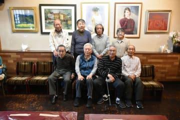合同絵画展を開いている、宮崎大教育学部美術科卒業生でつくる「グループ楓」のメンバー