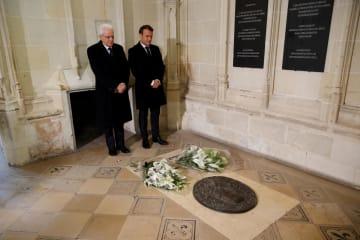 2日、レオナルド・ダビンチの墓を訪れたフランスのマクロン大統領(右)とイタリアのマッタレッラ大統領=フランス中部アンボワーズ(ロイター=共同)