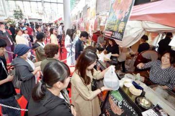 「ブルックリンマーケット」が開幕し、お目当ての肉料理を受け取る来場者=5月2日、福井県福井市のハピテラス