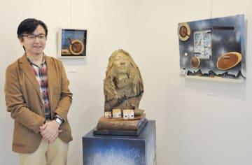【作品を紹介する矢野さん=四日市市栄町のフランス菓子と小さなギャラリー「クロード・リュッツ」で】