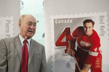2月、トロントのホッケー殿堂で自らの記念切手とともに記念撮影に応じるレッド・ケリー氏(AP=共同)