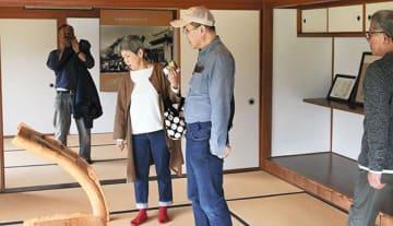 「北里柴三郎記念館」内に設置されたパネルを見る来館者=小国町