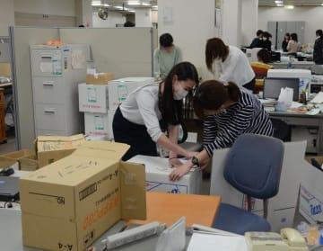 引っ越し作業を進める職員ら=2日、千葉市中央区役所