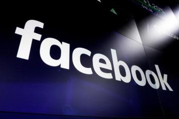 ナスダックの画面に表示されたフェイスブックのロゴ=2018年3月、ニューヨーク(AP=共同)