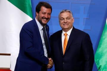 握手するハンガリーのオルバン首相(右)とイタリアのサルビーニ副首相兼内相=2日、ブダペスト(ロイター=共同)