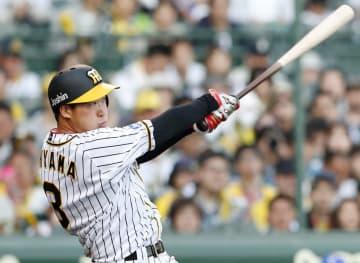 10回阪神2死一塁、大山が中越えにサヨナラ二塁打を放つ=甲子園