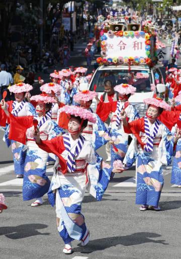 「博多どんたく港まつり」が開幕し、福岡市内を練り歩く参加者=3日午後