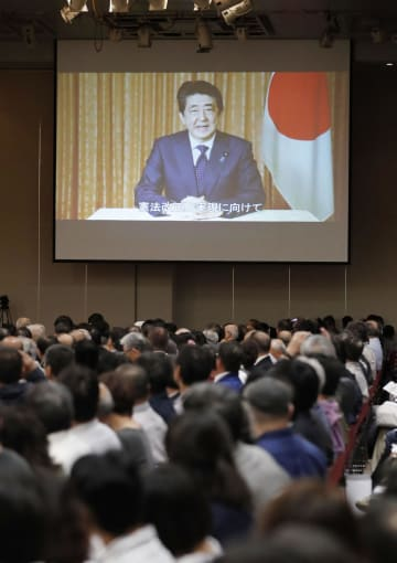 憲法改正派集会に寄せられた、安倍首相のビデオメッセージ=3日午後、東京都千代田区