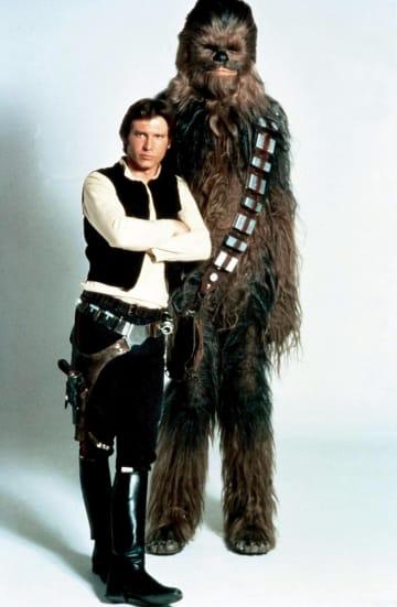 「スター・ウォーズ」の撮影現場で、ピーター・メイヒュー氏が演じるチューバッカ(右)とハリソン・フォード氏(コービス提供、ゲッティ=共同)