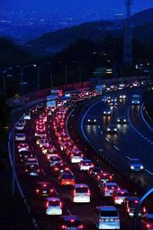 混雑する中国道上り車線。赤いテールランプが連なる=3日夜、西宮市内(撮影・中西幸大)