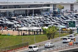 駐車場を車が埋め尽くし、入り口には車列が連なる淡路サービスエリア=淡路市岩屋