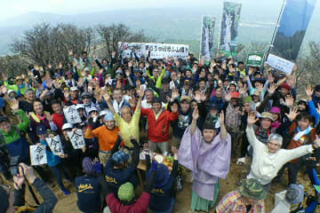 万歳を三唱する登山客たち=3日、大分・宮崎県境の祖母山頂