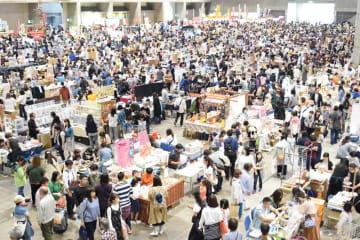 来場者でにぎわうフリーマーケット会場=3日、千葉市美浜区の幕張メッセ