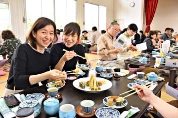 手作りの普茶料理を味わう女性客ら=小城市の小城公民館晴田支館