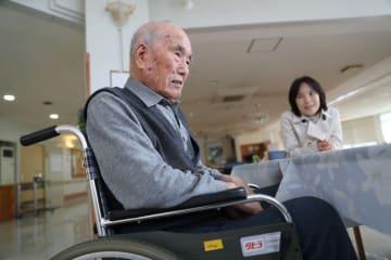 施設で車いすの生活を送っていた矢口哲雄(左)と次女の敏子=2018年11月18日、五島市奈留町